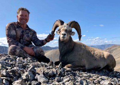 Брайан Хэрлан, охота на снежного барана с Kulu Safaris в Магадане, Россия