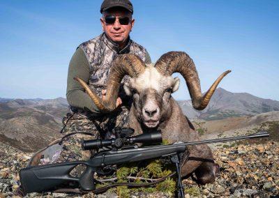 Сергей Назаркин с трофеем в магаданских горах, охота на снежного барана с Kulu Safaris